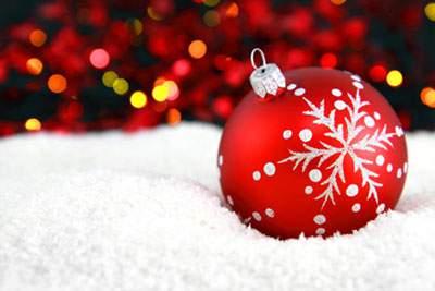 雪の上のクリスマスボール
