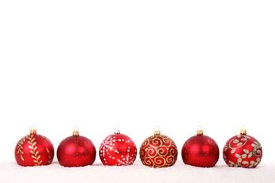 横一列に並べたクリスマスボール