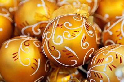 たくさんのゴールドのクリスマスボール