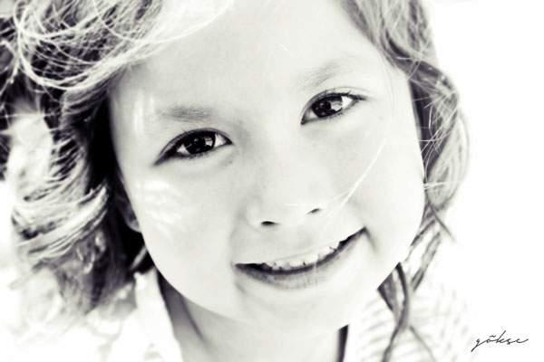 微笑む女の子のモノクロ写真