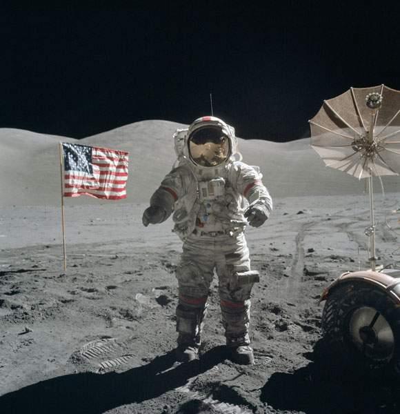 月面歩行する宇宙飛行士
