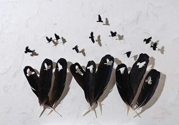 鳥の羽を鳥の形に切り抜いたアート作品 - 01