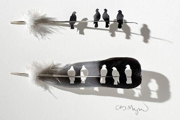鳥の羽を鳥の形に切り抜いたアート作品 - 03