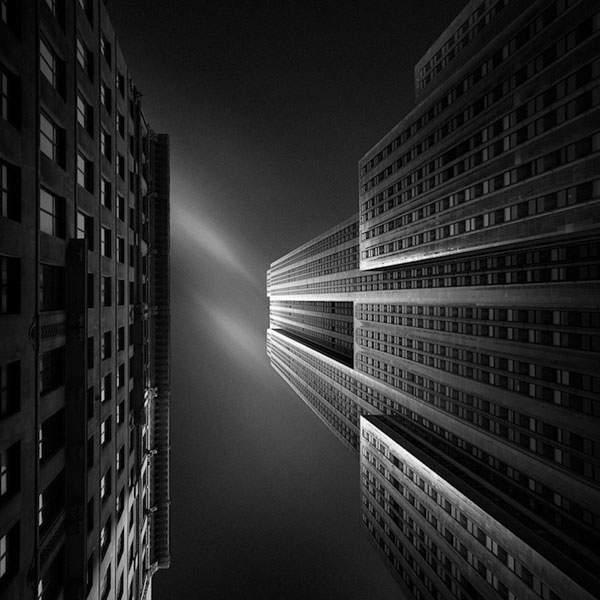 光と影のコントラストが美しい建造物のモノクロ写真 - 01