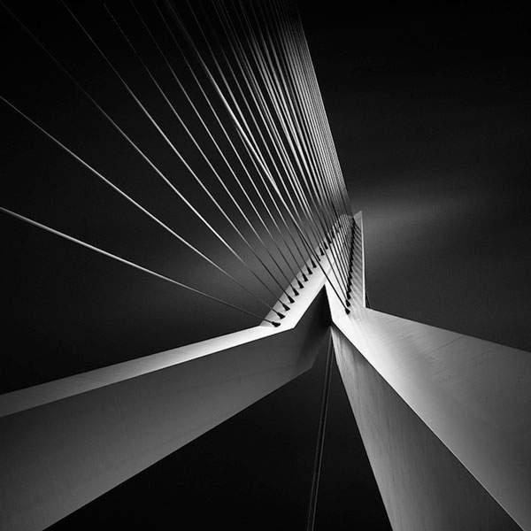 光と影のコントラストが美しい建造物のモノクロ写真 - 02