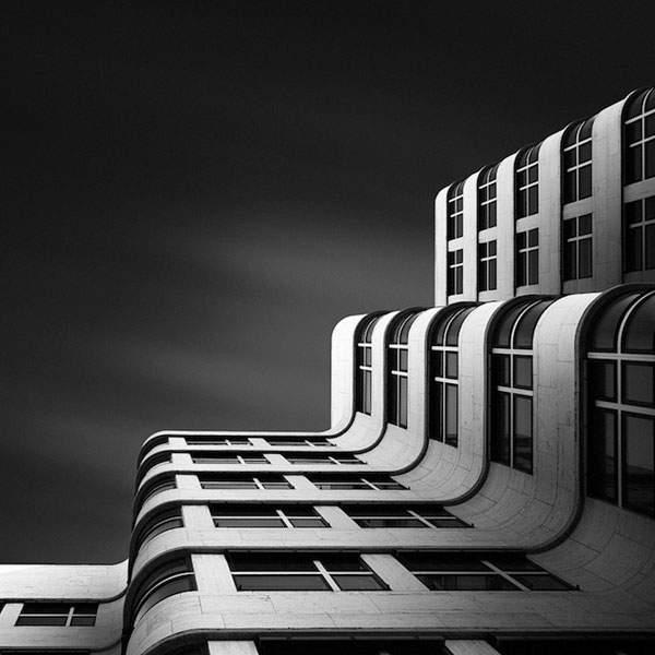 光と影のコントラストが美しい建造物のモノクロ写真 - 03