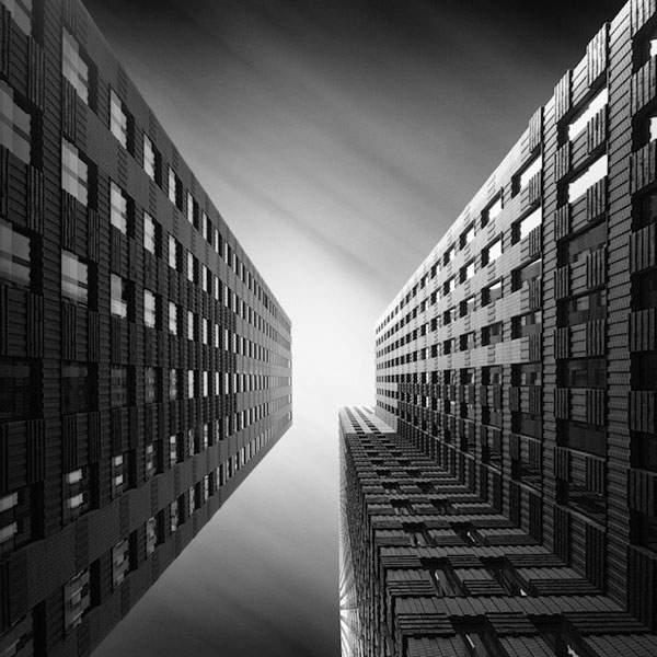 光と影のコントラストが美しい建造物のモノクロ写真 - 04