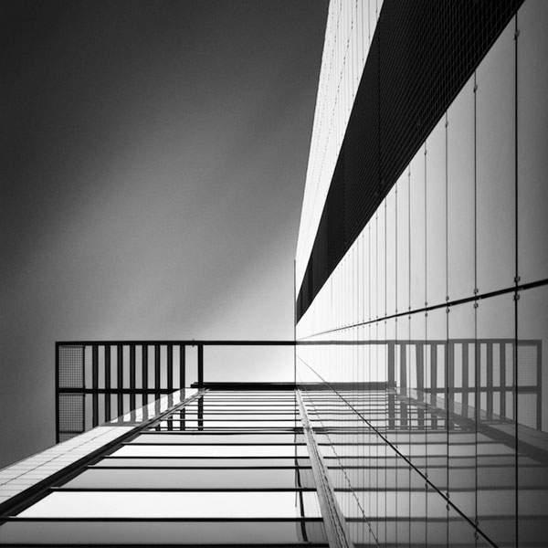 光と影のコントラストが美しい建造物のモノクロ写真 - 06