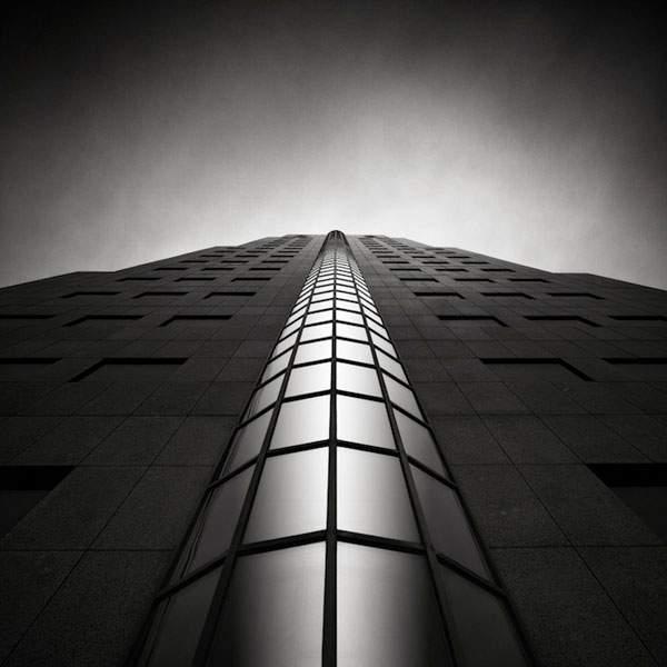 光と影のコントラストが美しい建造物のモノクロ写真 - 07