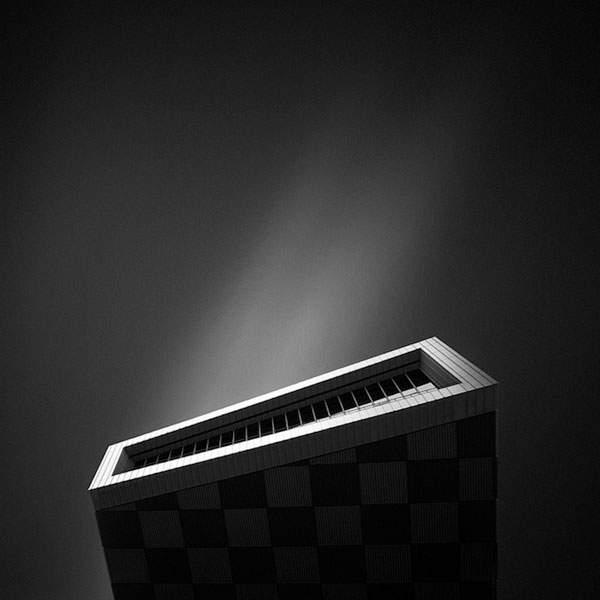 光と影のコントラストが美しい建造物のモノクロ写真 - 08