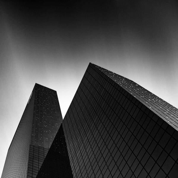 光と影のコントラストが美しい建造物のモノクロ写真 - 09