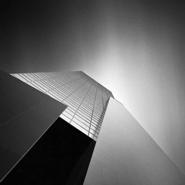 光と影のコントラストが美しい建造物のモノクロ写真 - 10