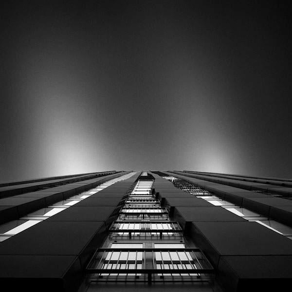 光と影のコントラストが美しい建造物のモノクロ写真 - 11