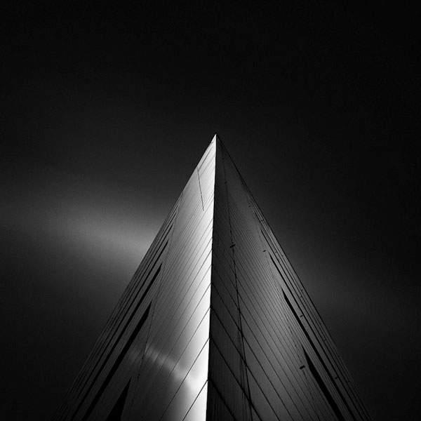 光と影のコントラストが美しい建造物のモノクロ写真 - 12