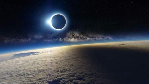 宇宙から見た日食