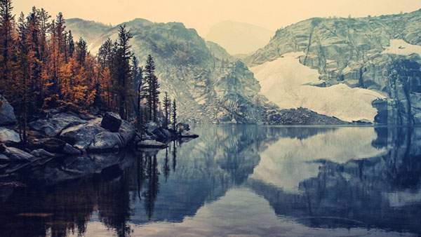 山と木々が美しく映り込む湖畔