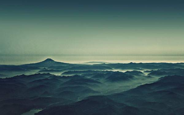 壮大な山と空