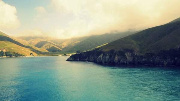 ブルーとグリーンが美しい湖と山の風景
