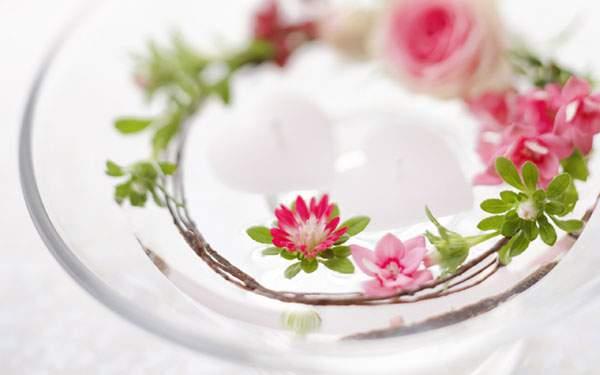 ガラスの器と小さな花