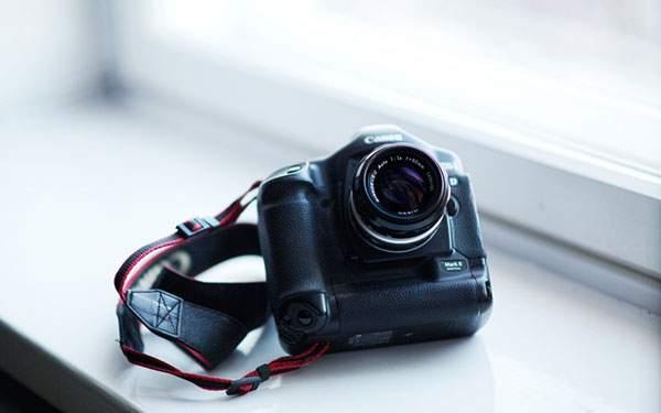 窓際のCanonカメラ