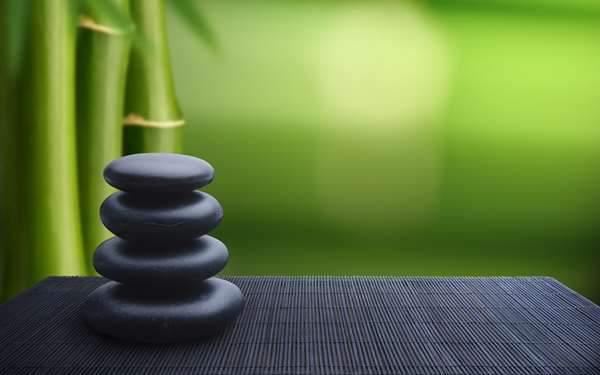 積み上げた石と竹