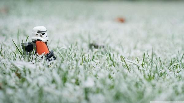 雪の草原を探索するストーム・トルーパー