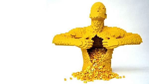 胸を開けるリアルなレゴ人形