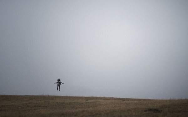 草原でジャンプ