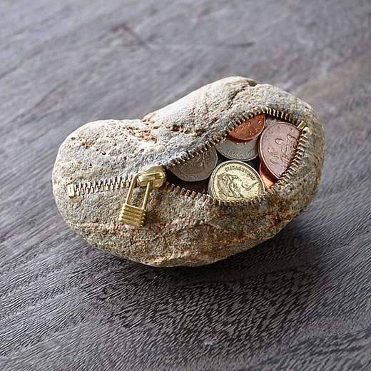 石をジッパーで開くと、中から小銭が!