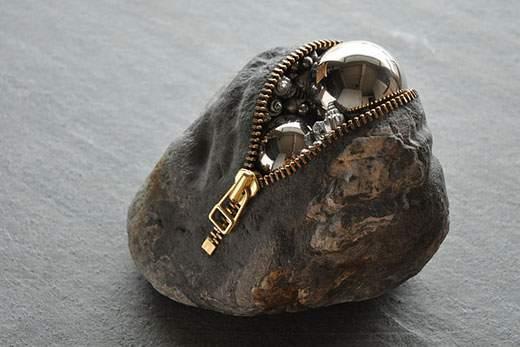 金属の球体がIN!金属と石というまったく違った質感のものが違和感なく結合してるのが不思議。