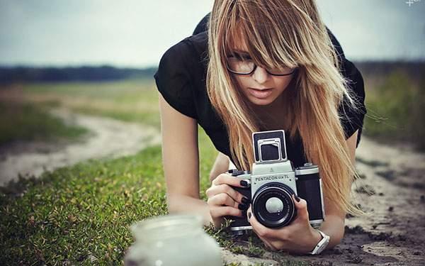 カメラを覗く女の人のクールな写真