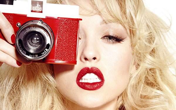 ビビッドな赤のカメラと女性の写真