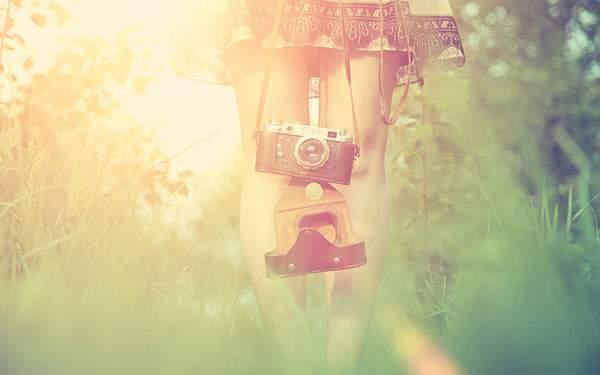 カラフルな光が綺麗なスカートの女の子の写真
