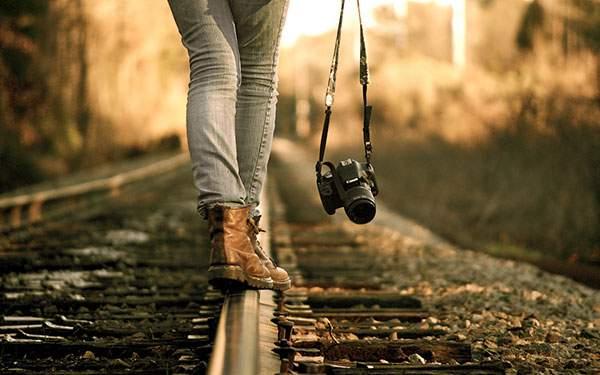 レールの上を歩くカメラ女子