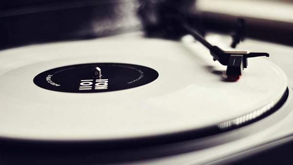 レトロな雰囲気のレコードプレイヤーの画像