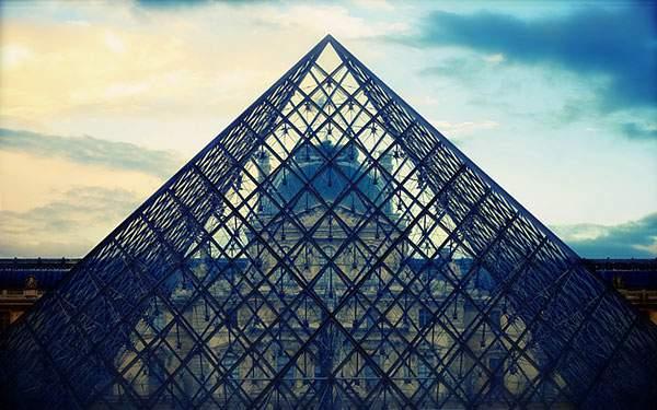 ルーブル美術館のガラス張りのピラミッド
