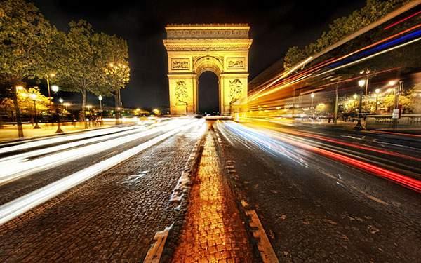 凱旋門と道を長時間露光で撮影した写真