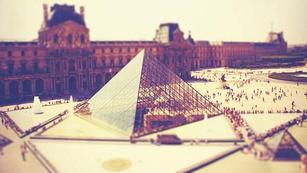 ナポレオン広場とルーブル美術館