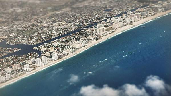 上空から撮影した海岸の街