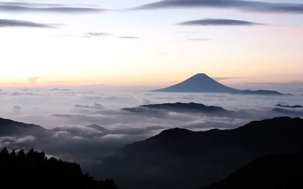 雲の上から望む富士山