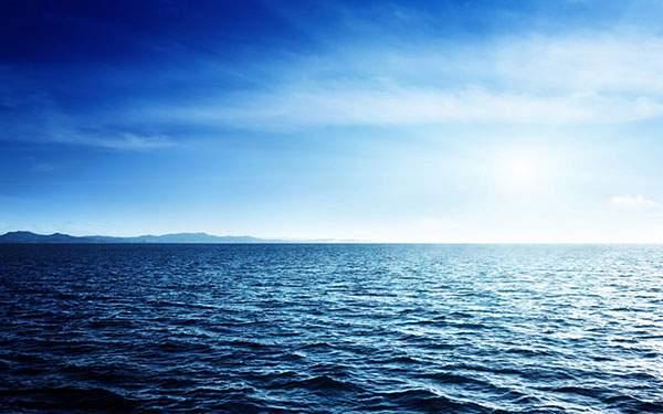 ブルーのコントラストが綺麗な水平線の写真