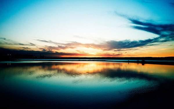 夕焼けが映る美しい海