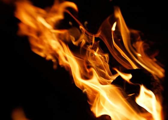 風にたなびきながら燃える炎