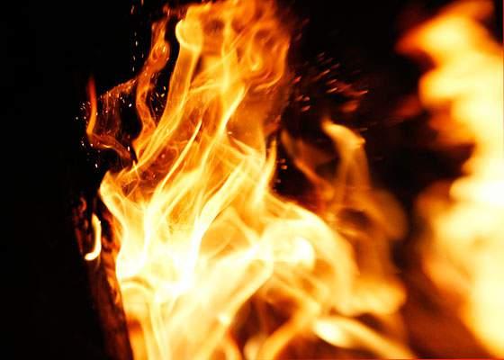 爆発するように広がる炎