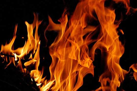 勢いよく燃える炎