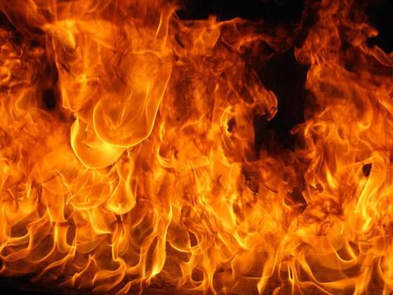 轟々と燃える炎