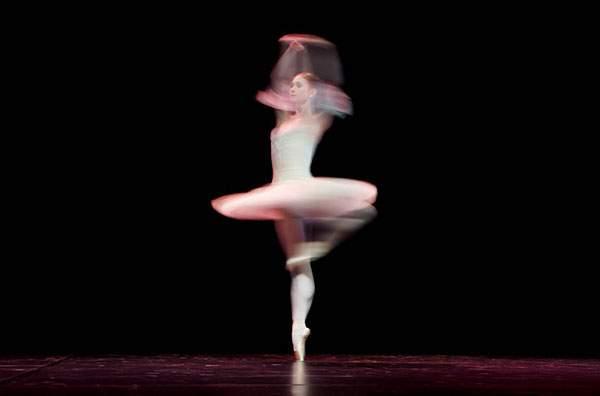 バレエダンサーを長時間露光で捉えた美しい写真作品 - 04