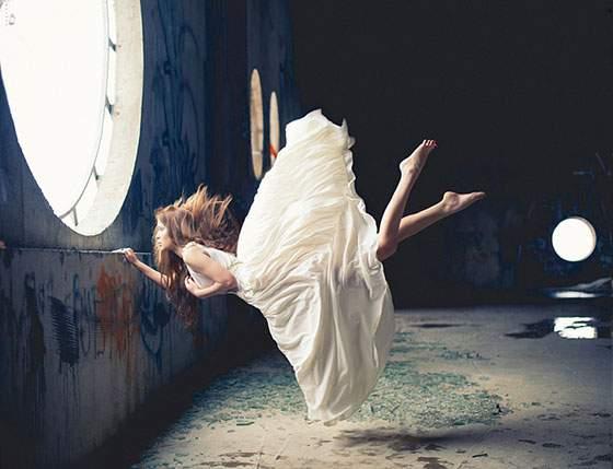 ドレスを着た女性の無重力写真作品 - 01