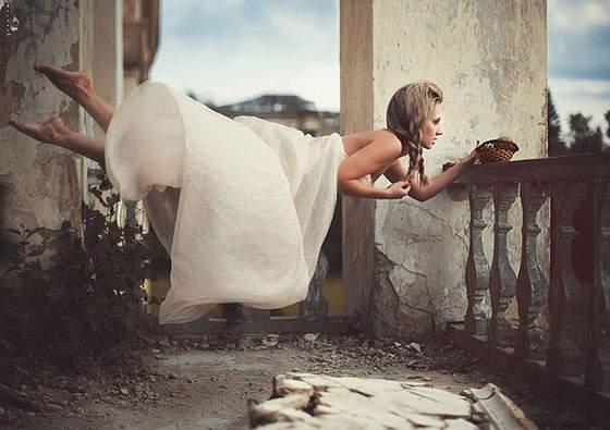 ドレスを着た女性の無重力写真作品 - 02