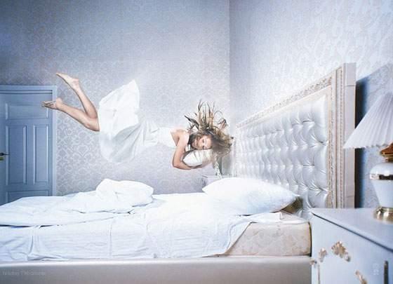 ドレスを着た女性の無重力写真作品 - 03